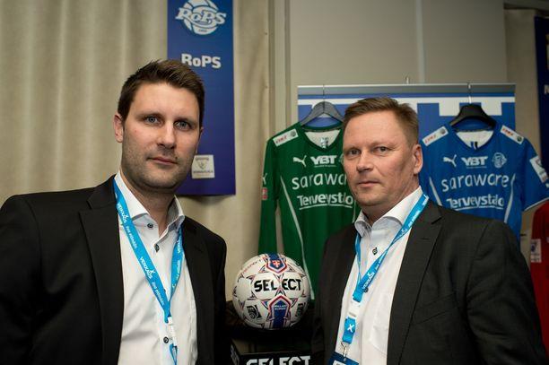 Toimitusjohtaja Risto Niva (oikealla) kertoo, miksi RoPS sai maksuhäiriömerkinnän. Vasemmalla urheilutoimenjohtaja Jari Ilola.