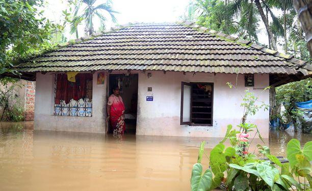 Tulvavesi on saartanut satoja taloja.