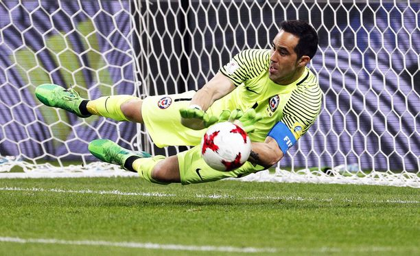 Claudio Bravo torjuu Nanin ja Portugalin kolmannen pilkun. Chile menee finaaliin.