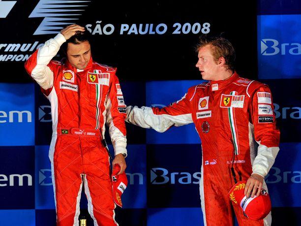 Felipe Massa ehti olla maailmanmestari reilun 20 sekunnin ajan. Musertavan pettymyksen kokenut brasilialainen sai palkintokorokkeella tukea tallitoveri Kimi Räikköseltä.