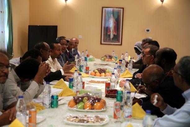 Etiopian pääministeri Abi Ahmed (vaaleassa paidassa vas.) tapasi opposition edustajia Khartumissa 7. kesäkuuta. EPA