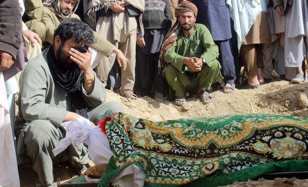 Afgaanit surevat Taliban-järjestön ja hallituksen joukkojen yhteenotossa kuollutta uhria Kunduzin provinssissa Afganistanissa.