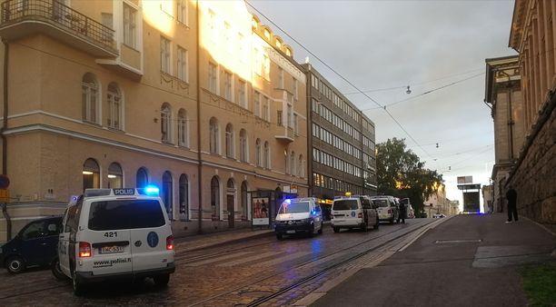 Paikalla oli ainakin neljä poliisiautoa.