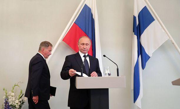 """Venäjän presidentti Vladimir Putin antoi Suomen eduskunnalle kiitosta joulukuussa 2015 siitä, että se teki """"vaikean päätöksen"""" tukea Fennovoiman ydinvoimalaprojektia. Kuva presidenttien tapaamisesta heinäkuulta 2017."""