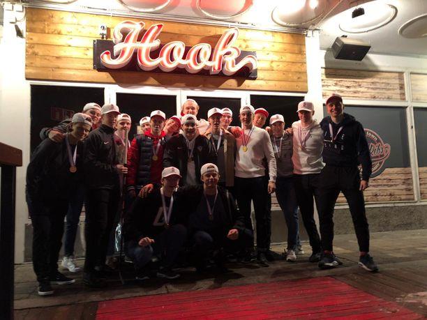 Suomessa kiekkoilevat Nuoret Leijonat juhlistivat maailmanmestaruuttaan Helsingissä. Tiistain aikana ryhmä hajaantuu omien joukkueidensa palveluksiin.