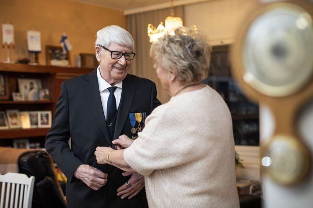 Linnanjuhlia varten Pentti joutui ostamaan uuden mustan puvun. – Kalliiksi tuli, mutta kyllä tämä on sen väärti. Tarkoitus on tietenkin olla mahdollisimman edustava,  92-vuotias rintamaveteraani hymyili.