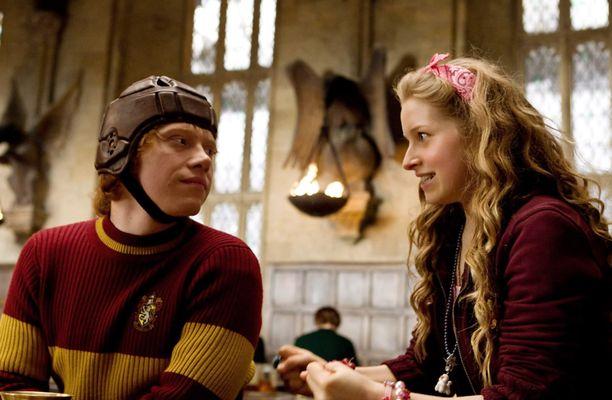 Rupert Grint ja Jessie Cave vuonna 2009 Harry Potter -elokuvan kuvauksissa.