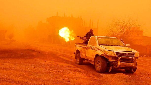 Isisin taistelija ottamassa yhteen Syyrian hallituksen joukkojen kanssa tammikuun puolivälissä Deir ez-Zorin lähellä. Propagandavideolta otettu kuvakaappaus.