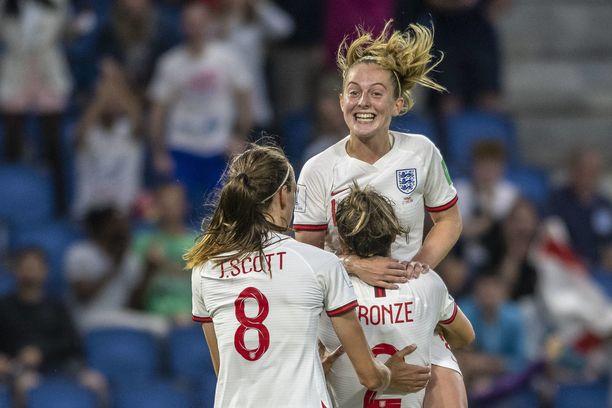 3-0-maalin tehnyt Lucy Bronze otti Keira Walshin syliinsä.