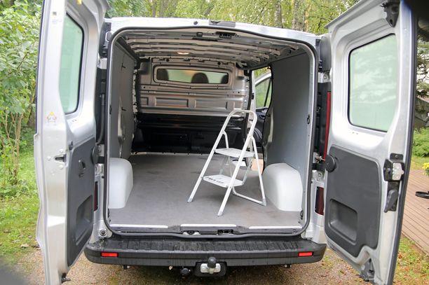 Pakettiauton kuljetustila on tarkoituksenmukainen. Kiinnityskoukut etuseinissä ja ns. läpilastausluukku ovat älykkäitä oivalluksia.