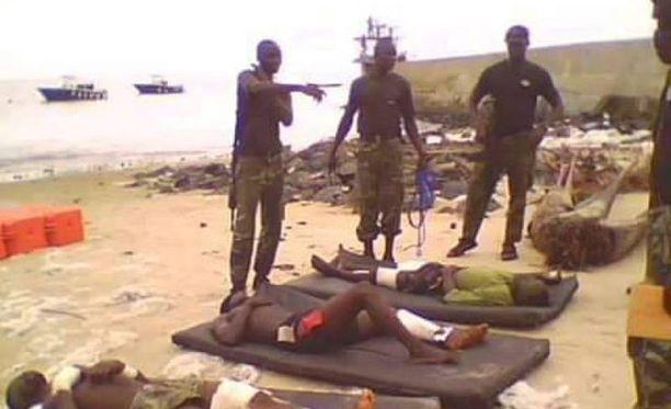 Nigeriassa ja Kamerunissa äärijärjestö Boko Haramin iskuissa on huhtikuusta lähtien kuollut yhteensä 381 ihmistä, kertoo ihmisoikeusjärjestö Amnesty International. Kuvassa Kamerunin armeijan sotilaat auttavat Boko Haramin iskussa loukkaantuneita.