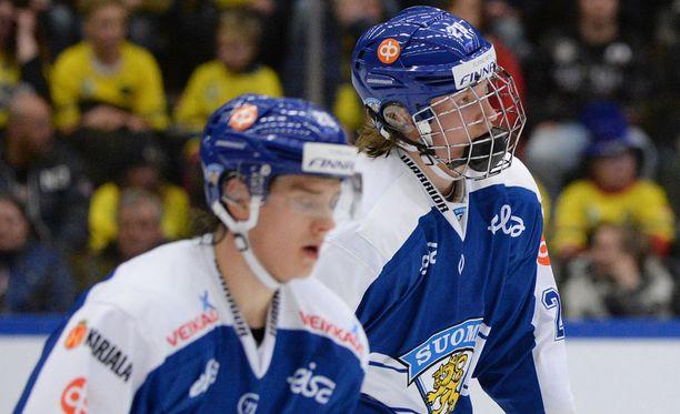 Sebastian Aho (edessä) ja Patrik Laine treenaavat samassa ketjussa.