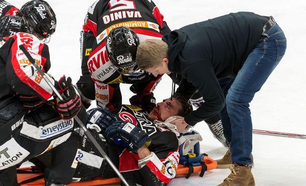 Michel Miklík sai nopeasti apua taklauksen jälkeen.