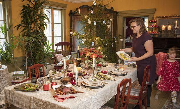 Ilona & joulu -erikoislehden joulupöytä katetaan kotimaisilla astioilla ja mauilla. Resepteissä maistuvat riista, sienet, kasvikset ja metsämarjat.