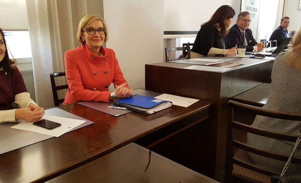 Uusi puhemies Paula Risikko kokoomuksen eduskuntaryhmän kokouksessa maanantaina aamupäivällä.