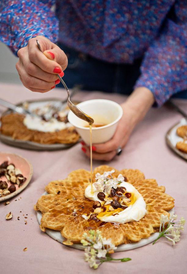 Porkkanakakkuvohvelit maistuvat turkkilaisen jogurtin, paahdettujen pähkinöiden ja hunajan kera.