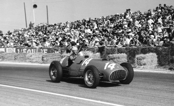 Kaksinkertainen F1-maailmanmestari Alberto Ascari käskytti Reims-Gueux'ssa Ferrariaan vuonna 1951.