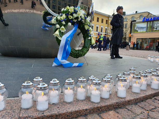 Muistomerkille sytytettiin 105 kynttilää, jokaiselle sodan päivälle.