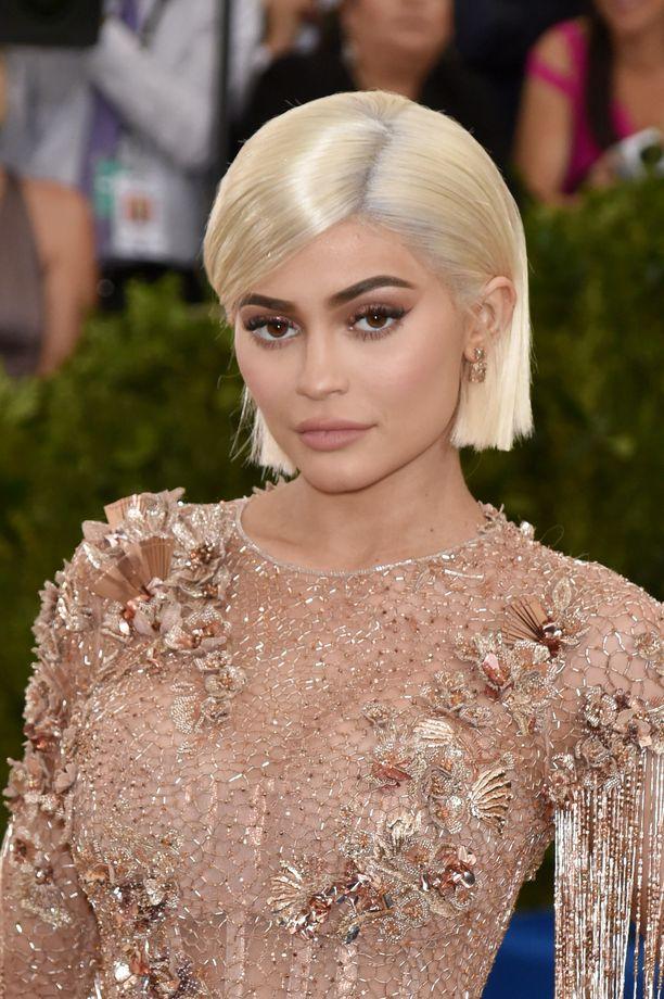 Vuonna 2017 Kylie Jenner luotti lyhyeen, vaaleaan tukkaan.