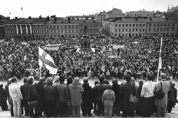 Kommunistien vappujuhla Senaatintorilla keräsi torin täyteen kuulijoita vuonna 1982.