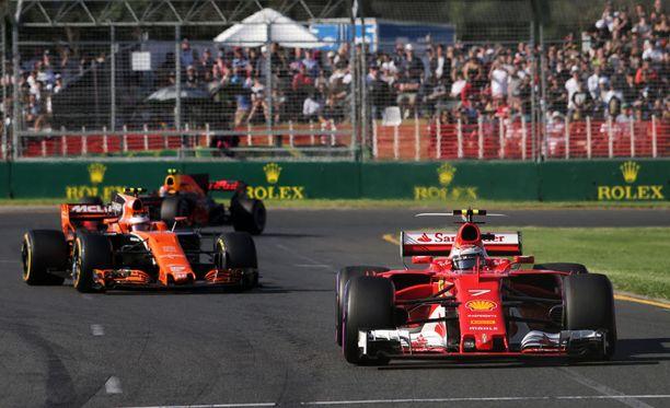 Neljänneksi ajanut Kimi Räikkönen (oik.) piti Max Verstappenin takanaan Melbournessa.