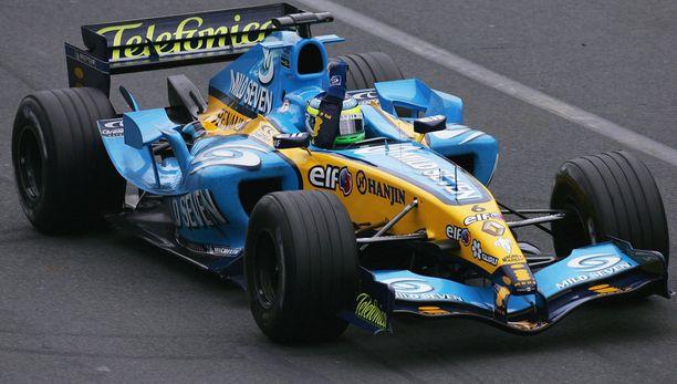 Renault palannee F1-radoille tutussa värityksessään. Kymmenen vuoden takaisessa arkistokuvassa tuulettelee Rellu-kuski Giancarlo Fisichella.
