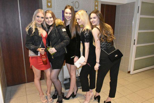 Kaarinan lukion Emma-Lotta, Pinja, Roosa, Senni ja Laura olivat juhlatuulella jo alkuillasta.