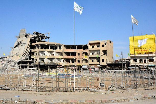 Isisn mustat liput vaihtuivat Syyrian demokraattisten joukkojen (Syrian Democratic Forces - SDF) keltaisiin tunnuksiin Raqqassa.