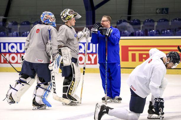 Jussi Olkinuora (vasemmalla) ja Veini Vehviläinen muodostavat Leijonien maalivahtiduon Britanniaa vastaan.