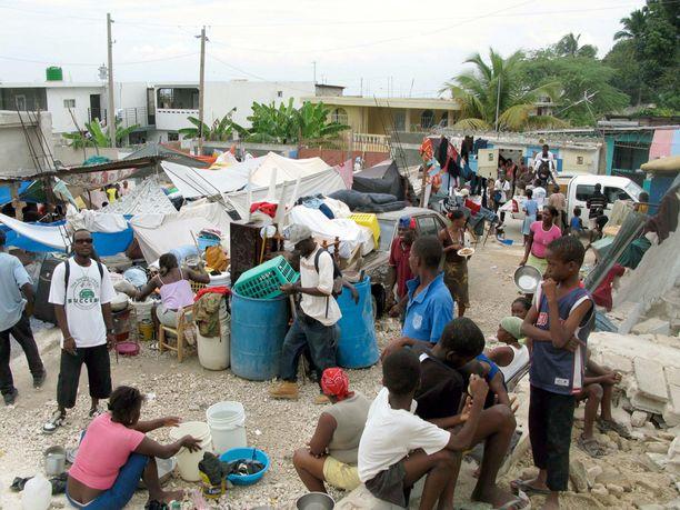 Järistyksen jälkeen satoja ihmisiä asui itse kyhäämissään suojissa Haitin Punaisen Ristin päämajan kupeessa.