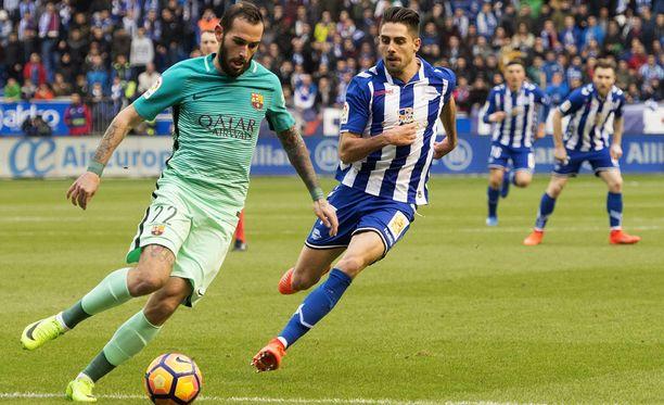 Alavésin Ruben Sobrino (oik) varjosti Barcelonan Aleix Vidalia.