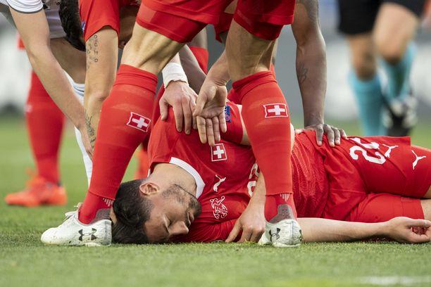 Sveitsin Fabian Schär menetti tajuntansa lauantain EM-karsintamatsissa Tbilisissä.