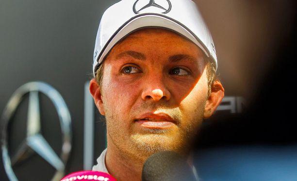Nico Rosberg kuivaa otsansa imukykyisellä siteellä.