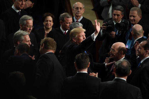 Presidentti Trump vilkutti vaimolleen, kun tämä saapui paikalle.
