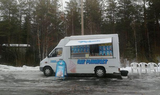 Kuvan pehmiskioski oli avoinna pääsiäismaanantaina talvisesta kelistä huolimatta. Kioski sijaitsee noin 50 kilometriä Kokkolasta Vaasaan päin ennen Seinäjoen risteystä.
