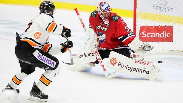Niklas Bäckström torjui päätöserän 2-2-tasatilanteessa yksin läpi päässeen Janne Lahden laukauksen.