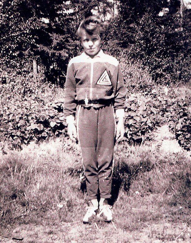 – Tämä verryttelypuku on tärkein pukuni, paraatipuku. Muistan tunteen, kun sain vetää seurani Lokalahden Leiskun verryttelypuvun päälle. Se jäi pieneksi, mutta ymmärsin säilyttää sen.