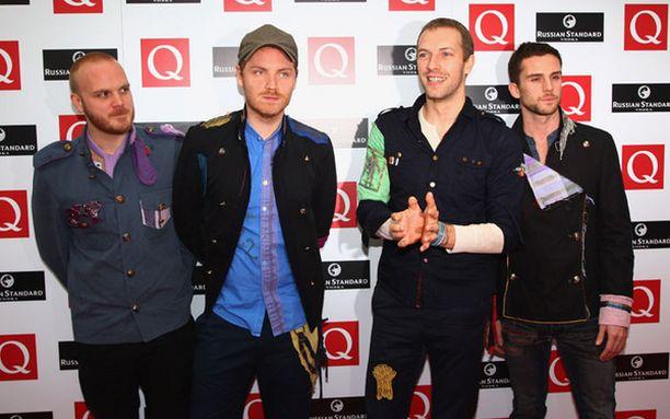 """Laulaja Chris Martin (toinen oik.) suhtautui """"maailman suurimman yhtyeen"""" palkintoon varauksella."""