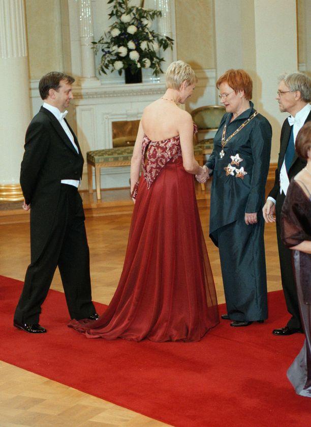 Hjallis Harkimolla oli haastetta asetella askeleensa silloisen rouvansa Leena Harkimon perässä. Jukka Rintalan kauniin luomuksen helmat vetivät Hjalliksen kenkiä vastustamattomasti puoleensa.