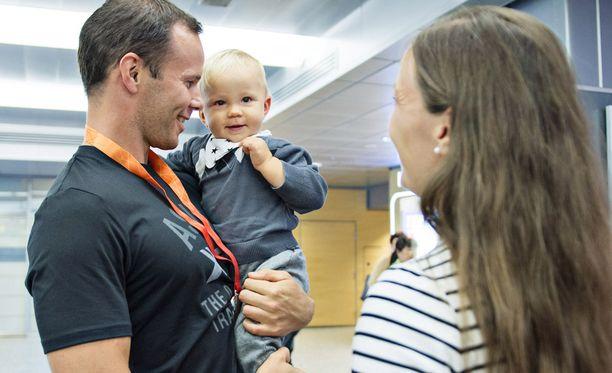 Tero Pitkämäki lomailee puolisonsa Niina Kelon ja poikansa Jimin kanssa. Kuva elokuun lopulta, kun Pitkämäki palasi pronssimitalistina Pekingin MM-kilpailuista.