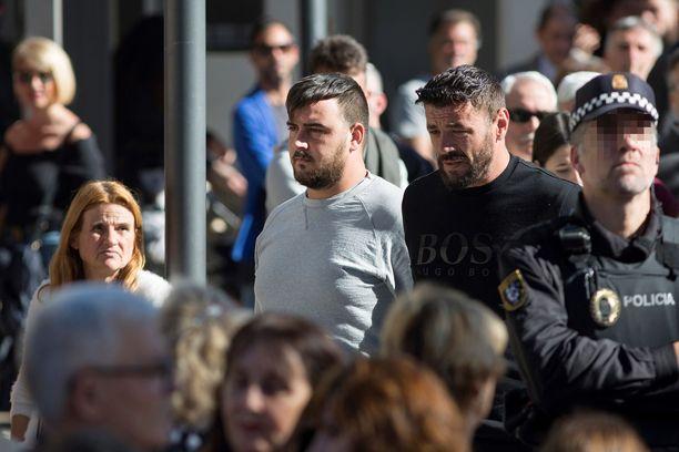 Julenin isä Jose Rosello (kuvassa keskellä) on saanut kriisiapua poikansa traagisen kuoleman jälkeen.