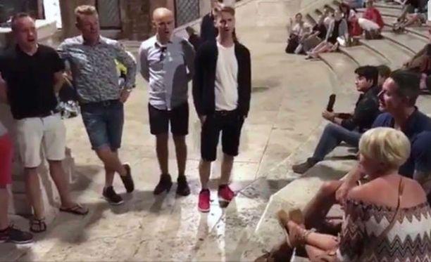 Suomalainen lauluyhtye ilahdutti pariskuntaa Belgiasta näiden hääpäivänä.