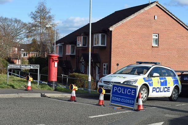 Poliisi vartioi Skripalin kotitaloa Salisburyssa.
