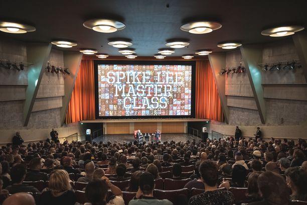 Spike Leen luentoa kuunteli Bio Rexissä Helsingissä noin 550 ihmistä.