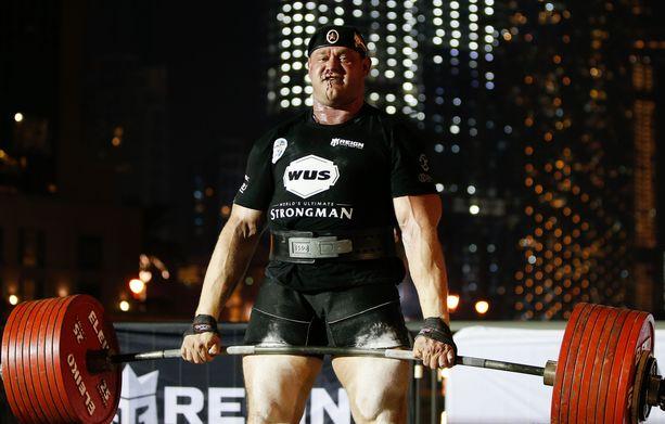 Tyytyväinen mies. Mikhail Shivljakov veti maasta 440 kiloa ja veri lensi. Kuvan saa suuremmaksi klikkaamalla.