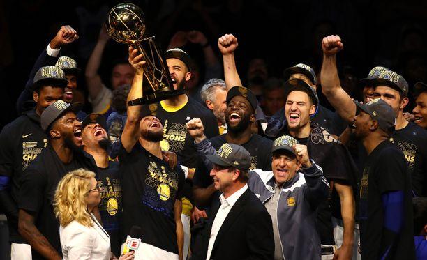 Stephen Curry nosti NBA:n mestaruuspystin ilmaan.