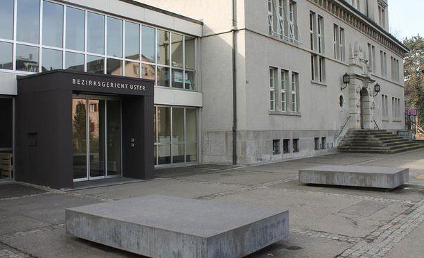Oikeudenkäynti alkoi keskiviikkona Usterin käräjäoikeudessa.