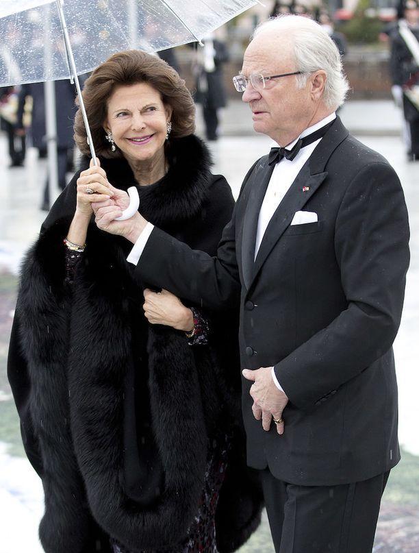 Ruotsista saapuvat kuningas Kaarle Kustaa ja kuningatar Silvia.