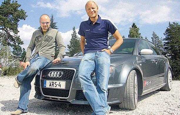 Jussi Halli (vas.) ja Kalle Palander rymistelevät kimpassa.