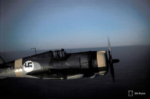 """Jo ennen jatkosodan alkua Suomen ilmavoimien koneet saivat yhteisen """"itärintamatunnuksen"""", keltaisen juovan, saksalaisten kanssa. Curtiss-Hawk -koneita Lotinanpellon yläpuolella."""